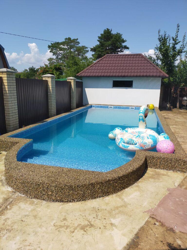 каменный ковёр возле бассейна